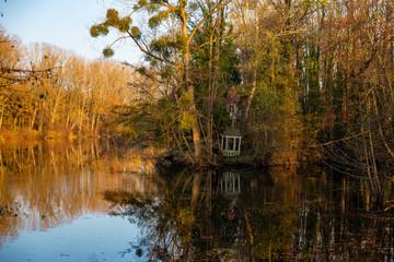 Petit Kiosque à musique abandonné sur les bords d'un étang en automne