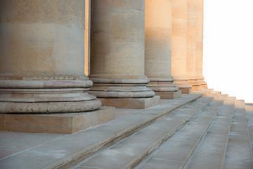 Säulenreihe mit alten römischen Säulen
