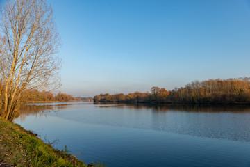 Paysage de Lorraine sur le fleuve de la Moselle sous un ciel bleu