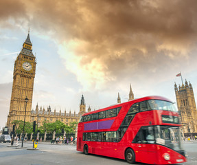 Foto op Aluminium Londen rode bus Red Bud speeding up in front of Westminster Palace, London