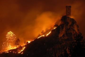 Fototapeten Violett rot Incendio monte pisano