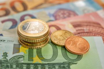 Fotomurales - Geldstapel auf Euroscheinen
