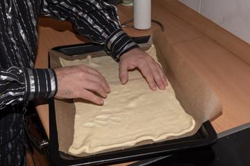 selbstgebackene Pizza mit Thunfisch