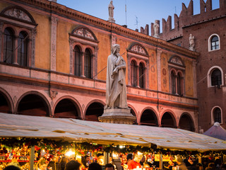 Tuinposter Historisch mon. Statue of Dante Alighieri in Piazza dei Signori during the Christmas markets.