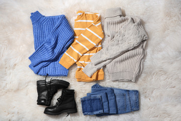 Fototapete - Flat lay composition with set of stylish winter outfit on fur