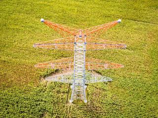 Energiewende - Netzausbau, neu installierter Strommast aus der Vogelperspektive, Luftbild