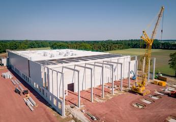 Baugewerbe - Luftbild,  Industriehallenneubau mit Baukran aus der Vogelperspektive