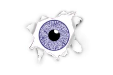 Iris eines Auges blickt durch aufgerissenes Papier