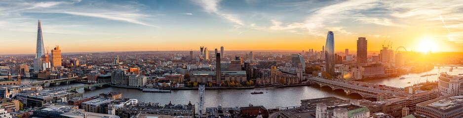 Sonnenuntergang hinter der neuen Skyline von London, Großbritannien