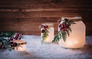 Romantische Windlichter mit Kerzen zur Weihnachtszeit