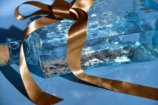 お酒プレゼントイメージ素材、水色の琉球ガラス、泡盛
