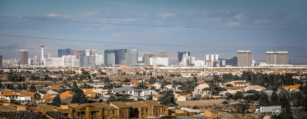 Foto op Canvas Las Vegas Las vegas city surrounded by red rock mountains and valley of fire