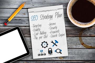 Notizblock mit Tablet und SEO Strategie Plan