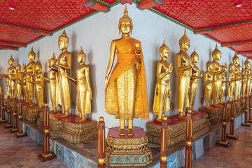 並んだ黄金の仏像