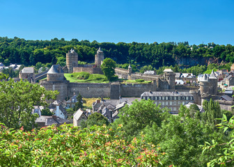 Vista Paisaje Urbano del Castillo Medieval del Pueblo de Fougeres rodeado de la Ciudad Baja y el Bosque, Bretaña, Francia