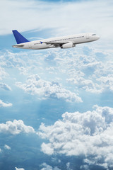 Poster Avion à Moteur Commercial airplane flying above dramatic clouds.
