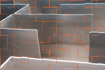 Labyrinth aus Metall mit Kachelmuster