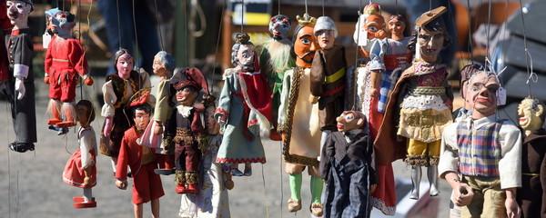 Lange Reihe bunter Marionetten und schönen Kostümen