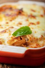 Nahaufnahme der hausgemachten Lasagne auf Holz