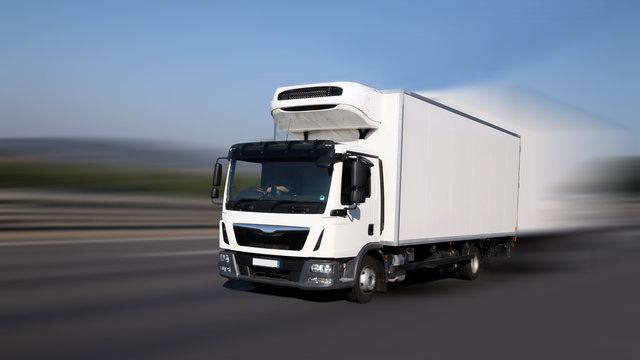 Transport von frischen Waren unterwegs auf Straße - Dynamik durch Bewegungsunschärfen
