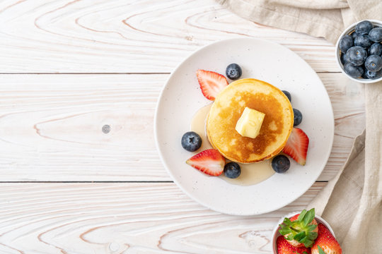 pancake with strawberries, blueberries and honey