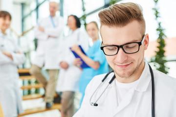 Junger Mann als Arzt in der Ausbildung