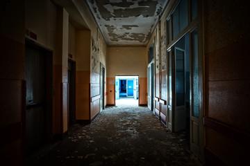 Il corridoio dell'ospedale abbandonato.