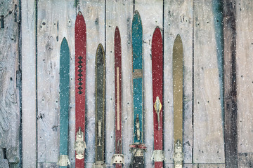 In de dag Wintersporten Vintage wooden weathered ski's in winter during snow