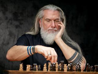 Schachspieler vor dunklem Hintergrund
