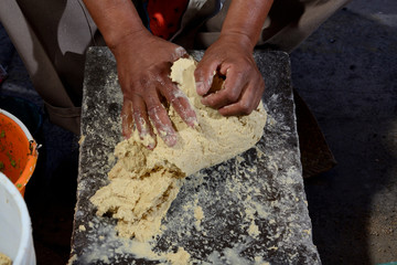 amasando masa de maiz