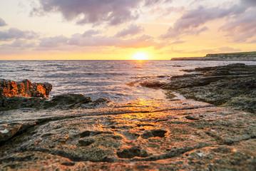 Cadres-photo bureau Cote Golden sunset over the sea on the stone Bank of Tarkhankut, Crimea . Russia.