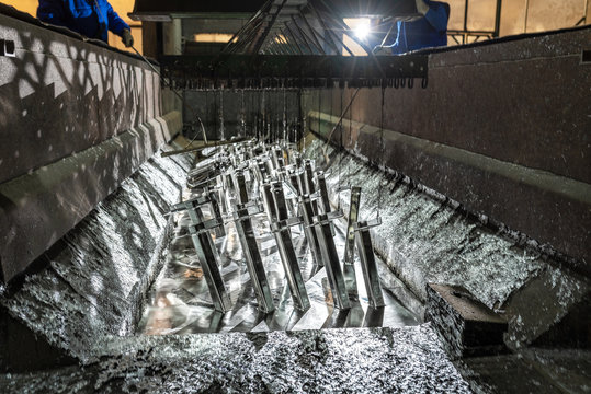 Galvanizing metallic structures in a zinc bath