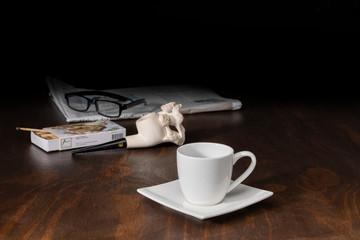 Kaffeetasse mit Tabakpfeife und Zeitung