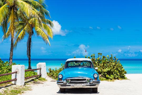 Amerikanischer blauer Oldtimer parkt vor dem Strand in Varadero Cuba - Serie Cuba Reportage
