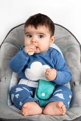Baby isst einen Keks