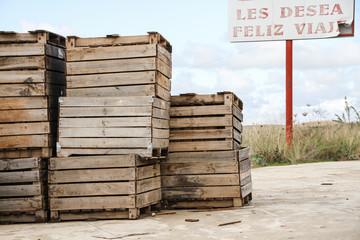 Cajas de madera con cartel de Feliz viaje