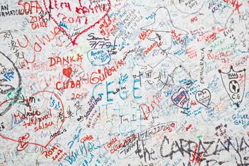 Weiße Wand mit vielen Graffiti