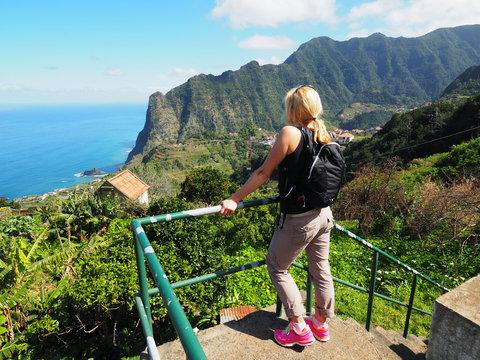 Madeira - Frau genießt den herrlichen Ausblick