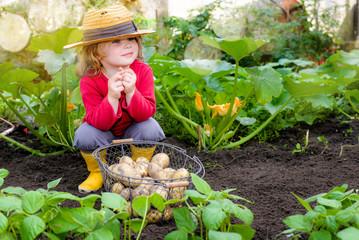 magnifique jeune fille dans le potagé