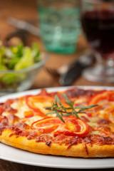 italienische Pizza mit Salat