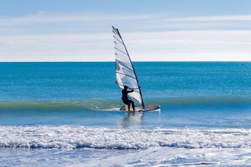 Haciendo equilibrio con el desplazamiento en vela sobre el mar.