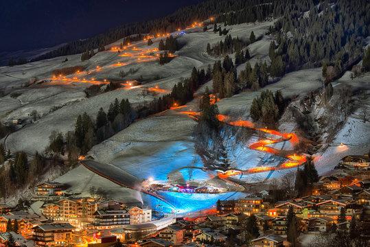Saalbach bei Nacht, Skipiste, Flutlicht