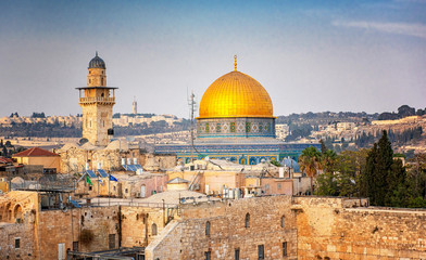 Zelfklevend Fotobehang Europese Plekken The Temple Mount - Western Wall and the golden Dome of the Rock mosque in the old town of Jerusalem, Israel