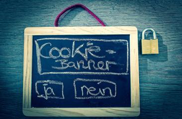 Tafel mit Aufschrift Cookie Banner und Vorhängeschloss