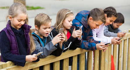children  with mobile devices