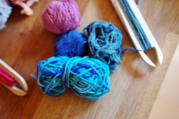 機織り機でラグを織る