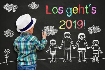 Junge malt mit Kreide - Los geht`s 2019
