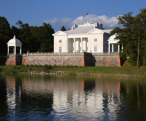 Weißer Palais von Graf Tyszkiewicz mit Spiegelung im Galve See