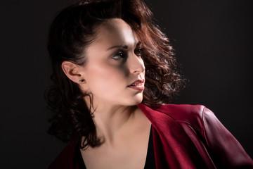 Junge hübsche Frau beim Fotoshooting mit roter Lederjacke