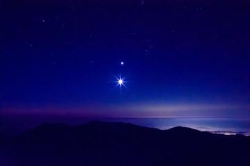 日本、南アルプス、北岳から見た夜明け前の風景、鳳凰三山